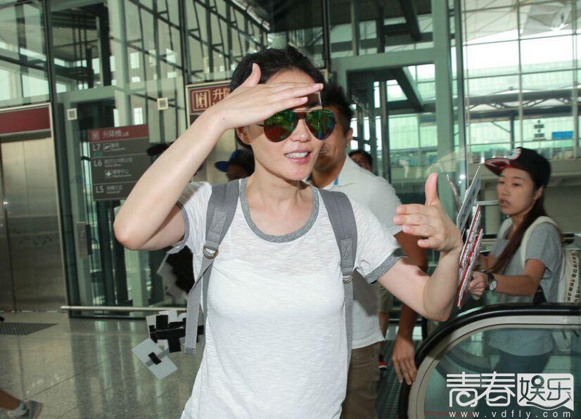 王菲现身香港机场大厅