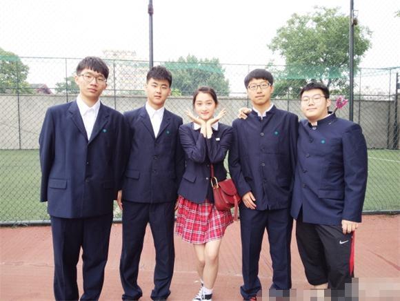 照片中的关晓彤素颜扎马尾穿着校服
