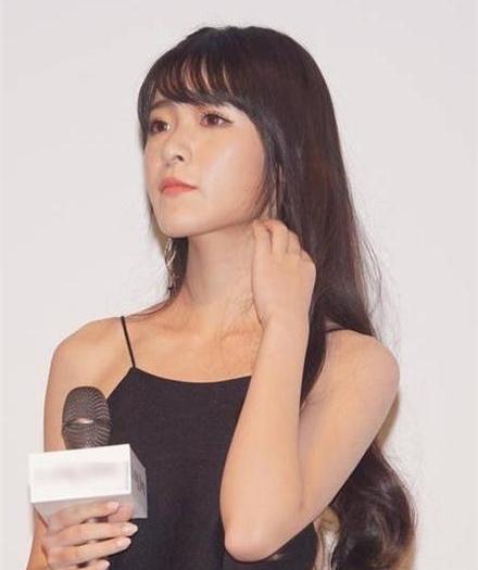 现在距离徐娇饰演小狄已经过去了9年,生活中的徐娇再也不是那个短发
