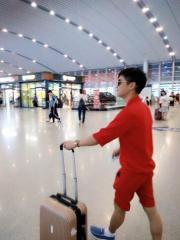 网友抓拍王星麟现身高铁站 靓丽红色休闲服吸眼球